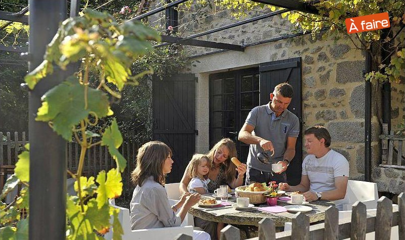 Une scène conviviale : la terrasse d'un gîte en famille
