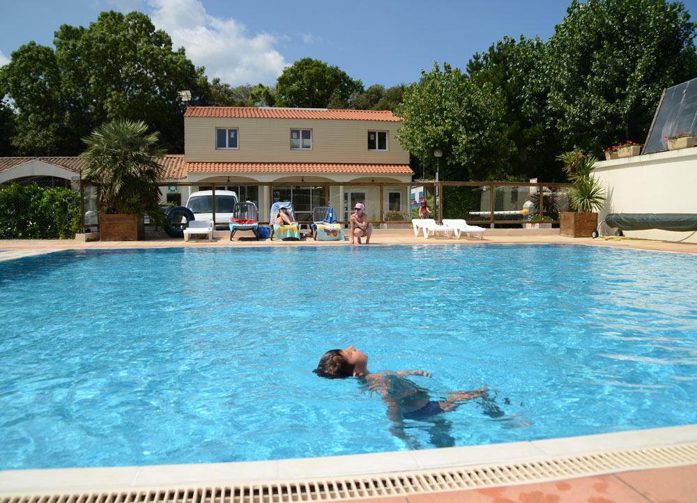 Bassin de nage piscine camping - copyright Sabrina Echappe