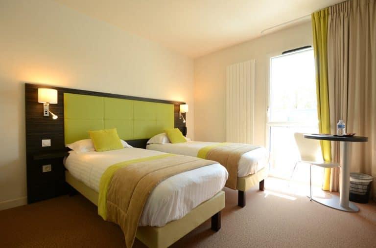 Chambre d'hotel avec lits jumeaux