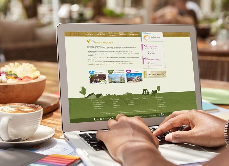 Site de camping, ordinateur et tasse de café