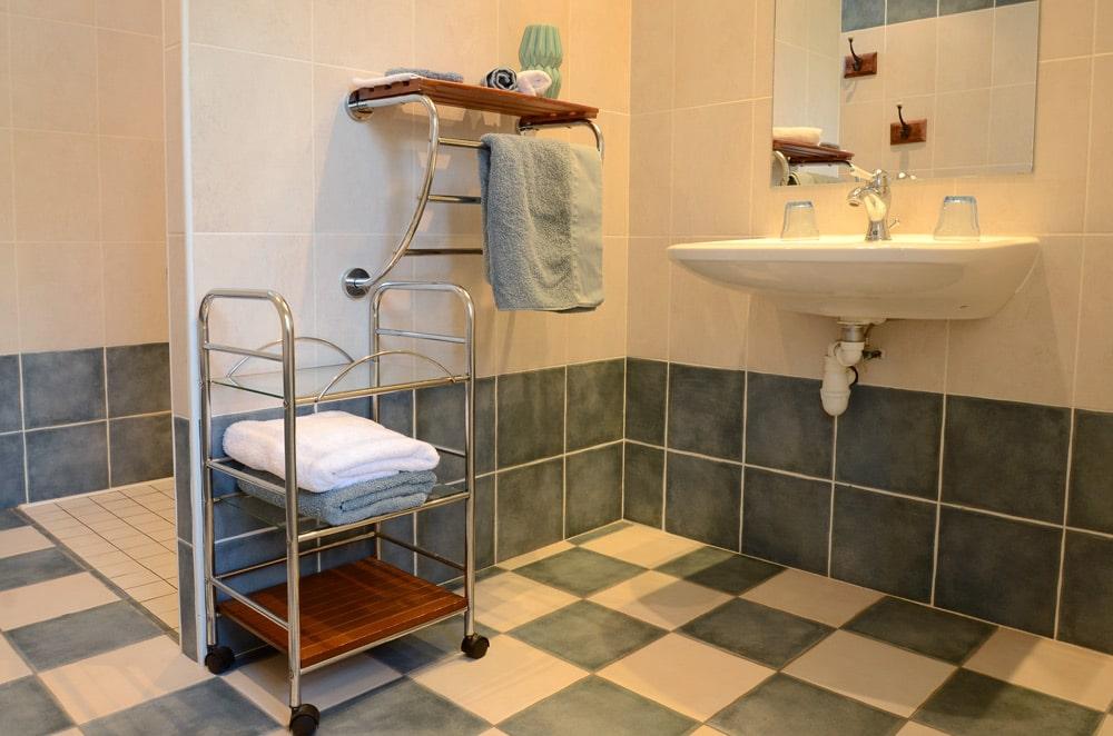 Chambre bleue lavabo serviettes, copyright Sabrina Echappe