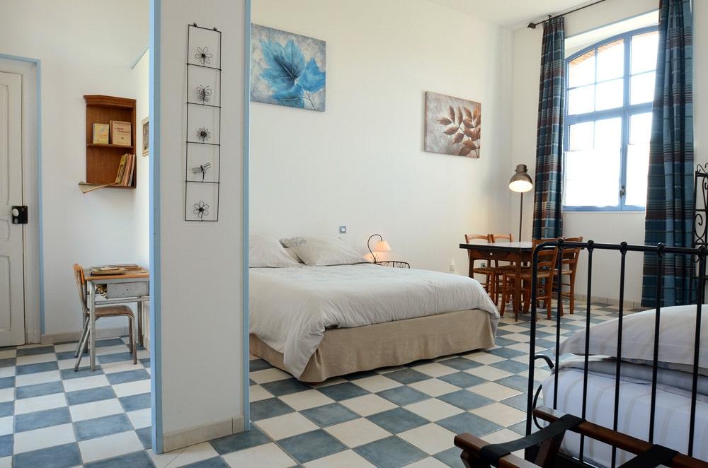 Chambre bleue, lits, entrée - copyright Sabrina Echappe