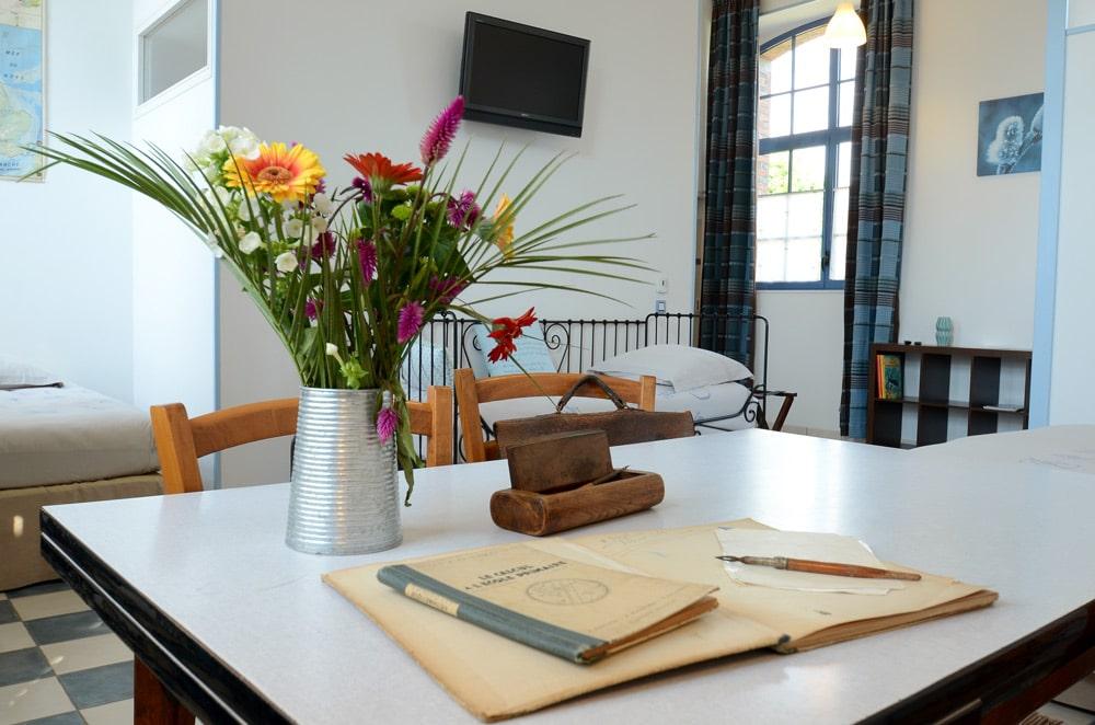 Chambre bleue, table d'écolier - copyright Sabrina Echappe